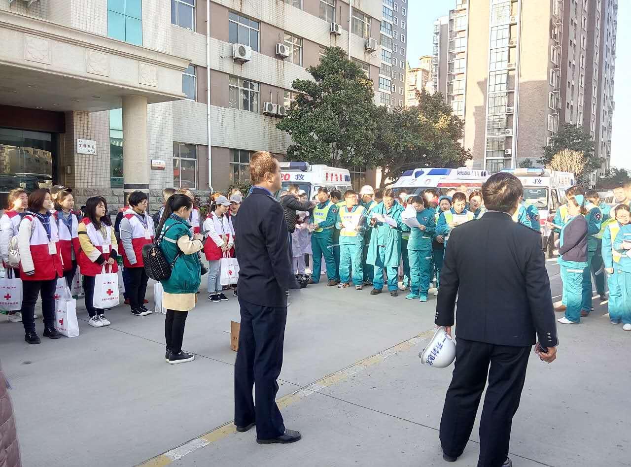 随车队同120的医疗救助人员一起在卫计委门前集合